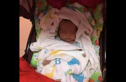 人民公园公厕发现一名男弃婴 外表无缺陷