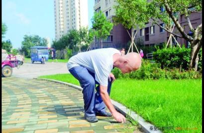 秦皇岛市78岁老人捡垃圾成为居民榜样